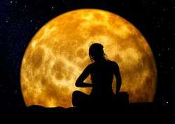 Frau Meditation Vollmond.jpg